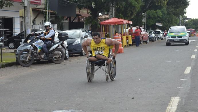 Cadeirante, Luis Miranda é o primeiro lugar na Corrida do Fogo no Amapá (Foto: Jonhwene Silva/GE-AP)