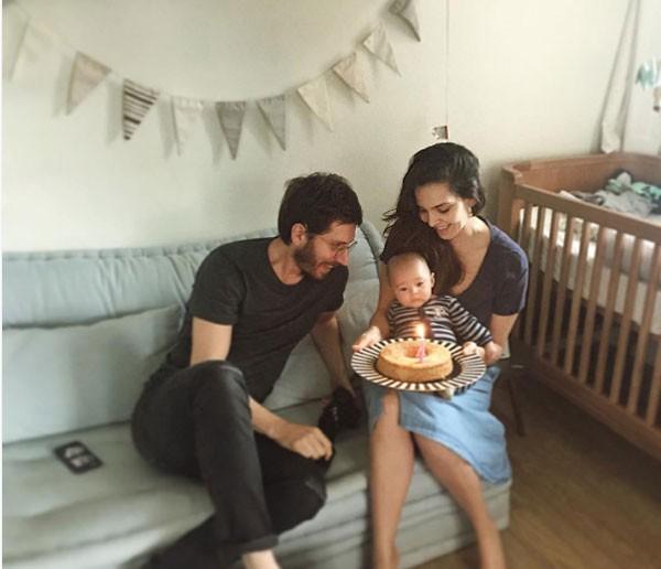 Tainá Müller posa com o filho Martin e o marido (Foto: Reprodução Instagram)