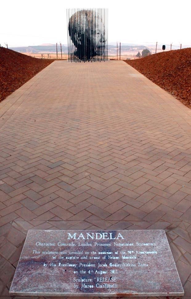 Feita pelo artista Marco Cianfanelli, a estátua tem 10 metros de altura e é feita por 50 colunas de aço cravadas em uma base de concreto. Mandela, hoje com 94 anos, foi preso em 5 de agosto de 1962, próximo a Howick, meses depois de ter fundado o braço ar (Foto: Rajesh Jantilal/AFP)