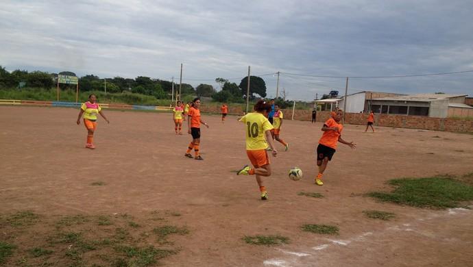 Futebol feminino no Invernão de Guajará (Foto: Junior Freitas)