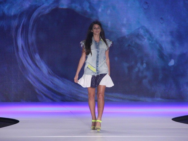 Bruna Marquezine desfila pela Coca-Cola Clothing no Fashion Rio (Foto: Alex Palarea / AgNews)