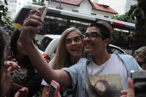Cara Delevingne faz careta para a foto (Foto: Henrique Oliveira/Fotorio News)
