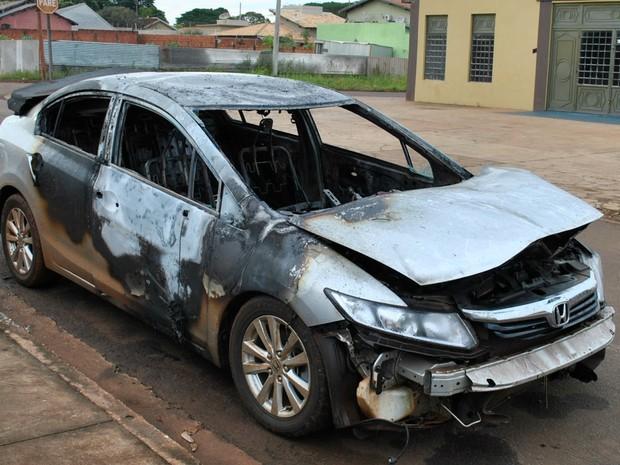 Táxi incendiado em Dourados (Foto: Osvaldo Duarte/Dourados News)