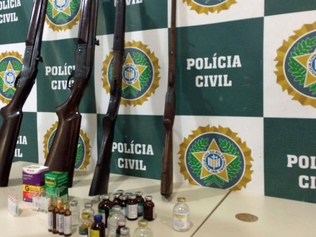 Armas e medicamentos apreendidos no zoológico (Foto: Daniel Silveira / G1)