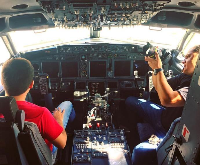 Mário brincando de piloto de avião (Foto: Reprodução Redes Sociais)