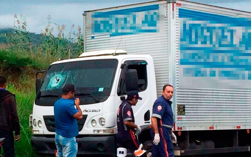 Homem foi atingido por pedra quando estava no carona do veículo (Foto: Tiago Bottino/Itapetinga Agora)