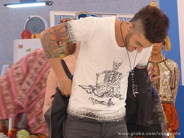 Fã tira jaqueta do cantor (Foto: Esquenta! / TV Globo)
