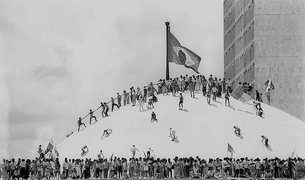 FESTA EM BRASÍLIA Manifestação no Congresso na posse de José Sarney como presidente em 15 de março de 1985  (Foto: F. Gualberto/CB/D.A Press)