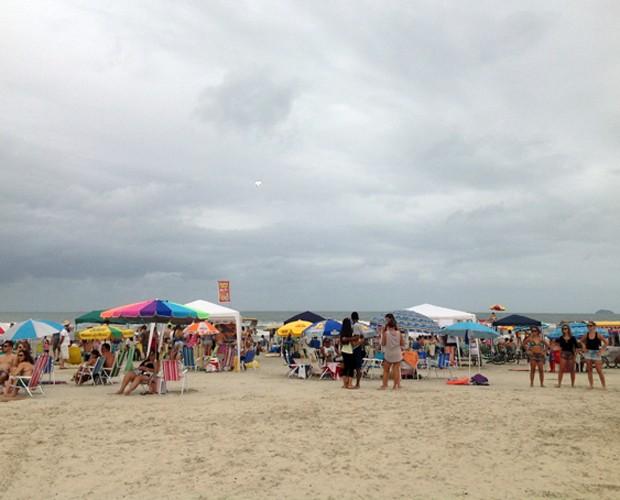 O dia ficou nublado mas muita gente veio curtir o sábado no balneário de Ipanema (Foto: Divulgação/RPC)