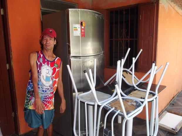 Geladeira, mesa e cadeiras comprados com o dinheiro do furto estão na casa de Marinô (Foto: Tomás Baggio/G1)