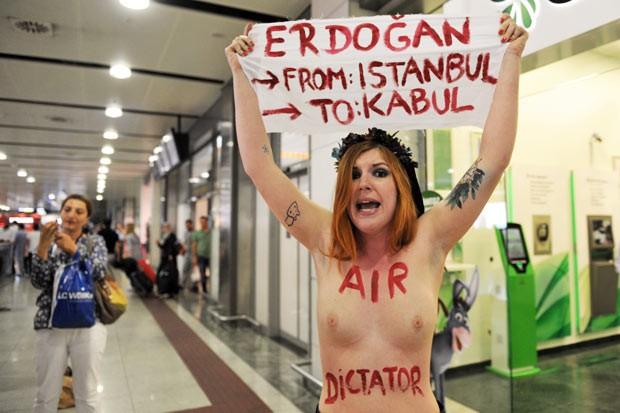 Ativista do Femen protesta contra o premiê da Turquia, Recep Tayyip Erdogan, nesta sexta-feira (5), no aeroporto de Istambul (Foto: Ozan Kose/AFP)