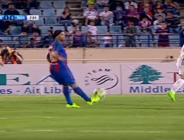 ronaldinho gaúcho no barcelona legends