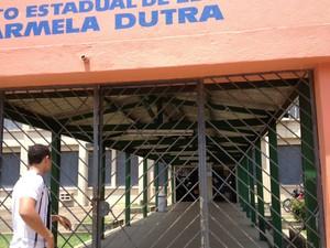 """O estudante Felipe Campos dos Santos, 20 anos, chegou três minutos atrasado e não conseguiu entrar a tempo na escola Carmela Dutra, em Porto Velho, para prestar o Enem. """"Confundi os horários. Falaram que era mais cedo. Depois soube que era mais tarde"""", ju (Foto: Marcos Paulo/G1)"""