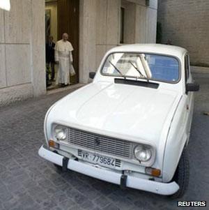 Papa Francisco ganhou um Renault 4 branco de 1984 (Foto: Reuters)