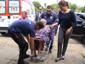 Idosa precisou de atendimento médico ao ser encaminhada para abrigo em João Pessoa (Foto: Ernane Gomes/MPPB)