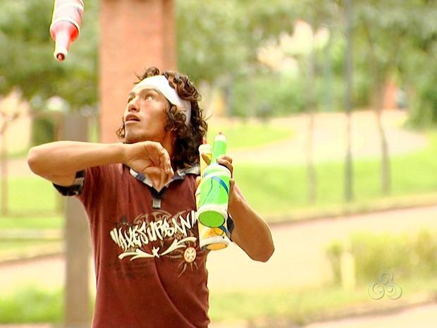 Artistas de rua se apresentam nos semáforos de Rio Branco (Foto: Reprodução TV Acre)