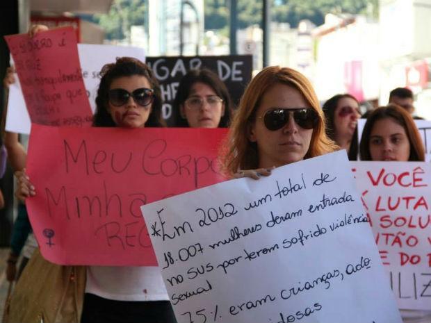 Marília Freitas Rossi, durante protesto contra violência feminina em Poços (Foto: Jéssica Balbino/ G1)