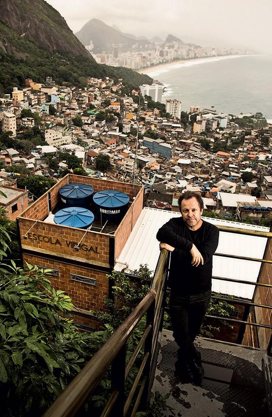 Vik Muniz criou uma escola de artes visuais no Vidigal (Foto: Monica Imbuzeiro/ Agência O Globo)