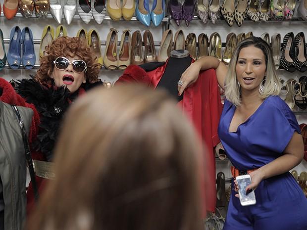 Tia Suelly leva Valesca Popozuda para perto da sua maior paixão: sapatos (Foto: Fabiano Battaglin / Gshow)