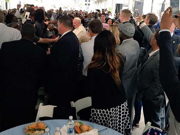 Papa visita centro beneficente e se reúne para almoço com cerca de 200 pessoas desabrigadas (Foto: Reprodução/ Instagram/ washarchdiocese)