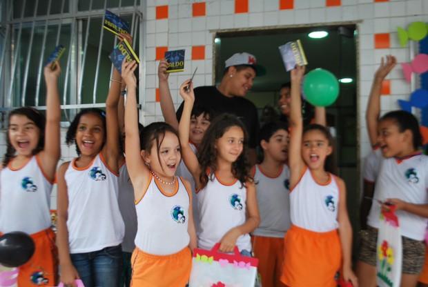 Pablo distribui CDS de Naldo à crianças (Foto: Divulgação)