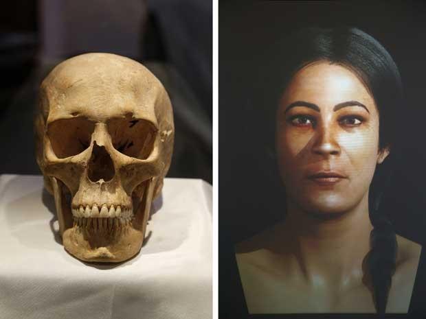 A foto mostra uma combinação de idade crânio 5.600 anos (L), encontrada na ilha maltesa de Gozo, e uma reconstrução facial com base nele durante 'Jóias através dos tempos', atrativo que faz parte da Semana de Moda de Malta, em que modelos apresentaram réplicas de jóias usadas no Neolítico Malta, nesta terça-feira (7) (Foto: REUTERS/Darrin Zammit Lupi )
