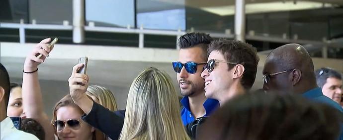 Goleiro Fábio tira foto com torcedores no aeroporto (Foto: Reprodução TV Globo Minas)