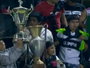 No Paraguai, torcida do Olimpia rouba troféus do Guaraní e os atira no campo