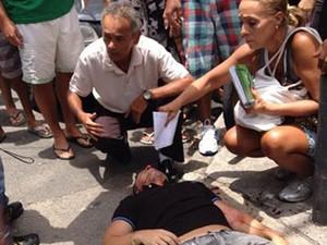 Baleado ficou no asfalto aguardando atendimento (Foto: Ronaldo Ferreira Lima / VC no G1)