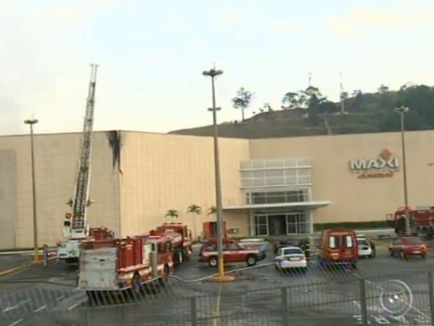 95aa4f026 Shopping permanecerá fechado após incêndio na madrugada (Foto:  Reprodução/TV TEM)
