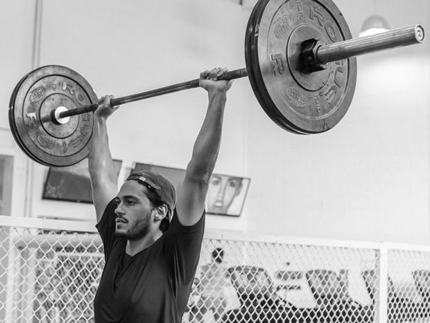 O ator levanta peso de mais de 100Kg! (Foto: Artur Meninea/Gshow)