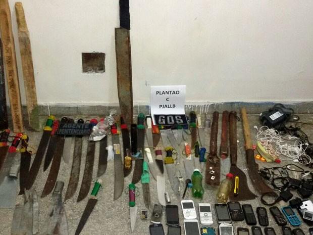 Também foram recolhidos barrotes de ferro e madeira e carregadores (Foto: Seres/Divulgação)