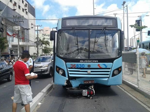 Colisão entre motocicleta e ônibus deixa dois feridos em Fortaleza (Foto: Marcos Dublê/ Arquivo Pessoal)