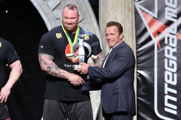 """Arnold Schwarzenegger entrega prêmio para Hafþór Júlíus """"Thor"""" Björnsson (Foto: Roberto Filho/Brazil News)"""