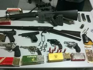 Várias armas e munição foram apreendidas na casa do advogado (Foto: Divulgação/ Polícia Militar)