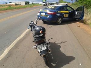 Moto havia sido roubada na noite desta quinta-feira (22) (Foto: PRF/Divulgação)