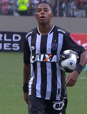 Robinho leva a bola do jogo para a casa (Foto: Reprodução/ TV Globo Minas)