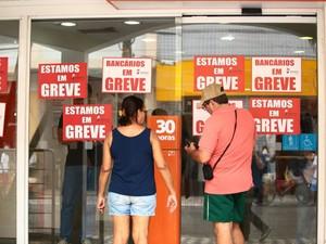 População se depara com os avisos de greve nas portas dos bancos. (Foto: Jonathan Lins/G1)