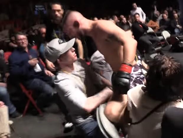 """BLOG: Lutador nocauteia adversário, pula grade e inicia confusão com """"rival"""" do público"""
