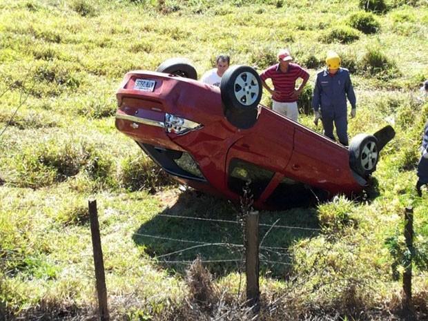 Carro caiu de uma altura de quatro metros, depois que motorista capotou na saída de Varginha, MG (Foto: Corpo de Bombeiros)