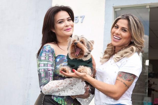 Geisy Arruda, o cãozinho Mike e Vanessa Mesquita (Foto: Divulgação / Adriana Barbosa)