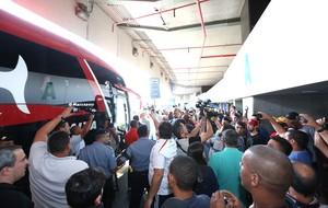 Protesto torcida desembarque flamengo Galeão (Foto: André Durão)