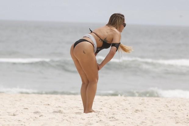 Cristina Mortágua na praia da Barra (Foto: Marcos Ferreira / Foto Rio News)