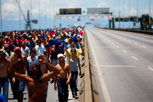 Grupo atravessou a Ponte Rio-Niterói em direção ao Rio  (Foto: Ricardo Moraes/Reuters)