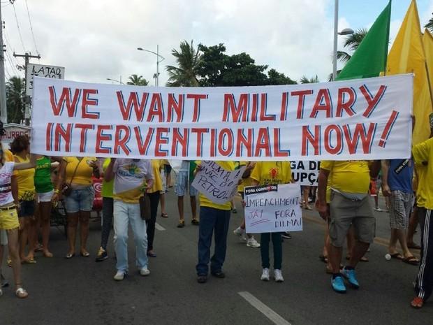 Alguns manifestantes em Maceió levaram faixas com frase em inglês defendendo a intervenção militar (Foto: Lucas Leite/G1)