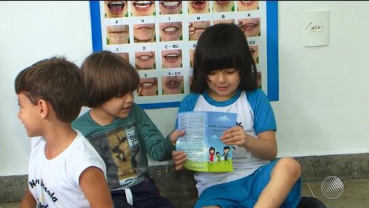 Mãe faz livro para ensinar dieta que filho com doença rara tem que seguir
