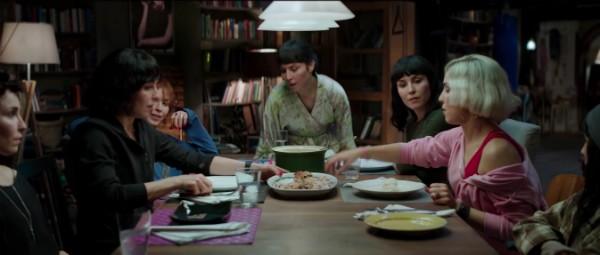 A atriz Noomi Rapace como as sete irmãs de Seven Sisters (Foto: Reprodução)