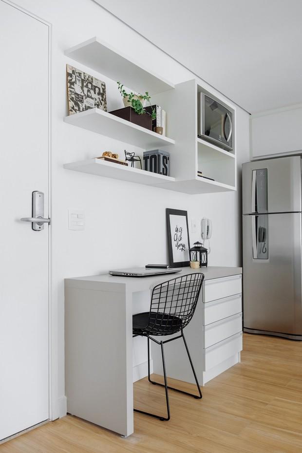 HOME OFFICE | Os móveis do escritório foram todos desenhados pelo JMA Estúdio e executados pela Marcenaria Pinheiro. O material utilizado foi laminado melamínico de baixa pressão (Foto: Daniel Lee/Divulgação)