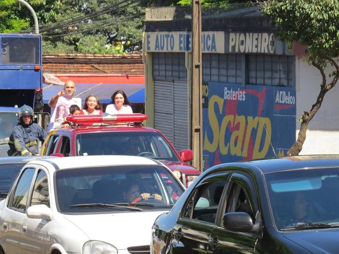Pérola curtiu a carreata em cima da viatura do Corpo de Bombeiros, ao lado dos pais: Edson e Cristiane (Foto: Arquivo pessoal)