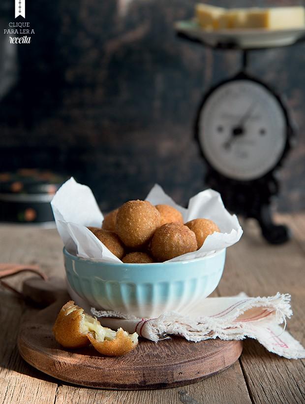 Bolinhas fritas de queijo provolone de Yasmine Bahiense, para os momentos de esbórnia. Tábua e tecido Il Casalingo; balança, lata e bowl Acervo Brutto; queijo (ao fundo) Faixa Azul (Foto: Cacá Bratke/Editora Globo)